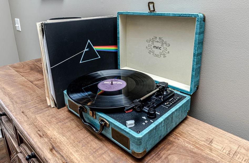 pixabay plattenspieler 2 - Neuauflage der Plattenspieler: Vinyl ist immernoch beliebt bei Bands und DJs